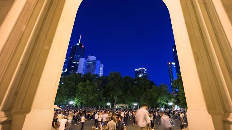 Menschen stehen dicht gedrängt auf dem Opernplatz in Frankfurt. Foto: Andreas Arnold/dpa/Archivbild