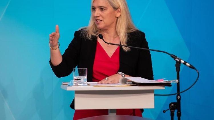 Melanie Huml (CSU), Gesundheitsministerin von Bayern, spricht auf einer Pressekonferenz. Foto: Sven Hoppe/dpa