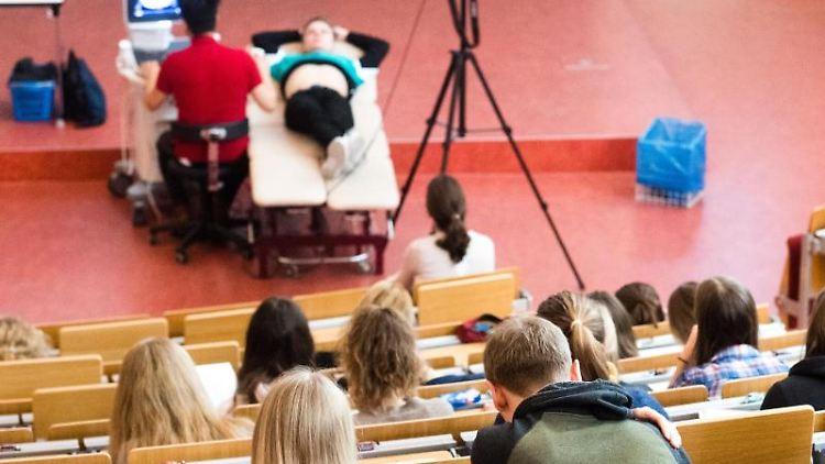 Studierende der Medizin verfolgen eine Vorlesung in einem Hörsaal. Foto: Julian Stratenschulte/dpa/Symbolbild