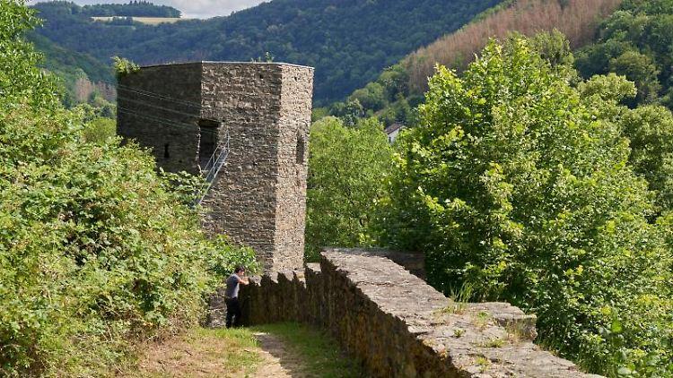 Blick auf den Schiefen Turm von Dausenau. Foto: Thomas Frey/dpa