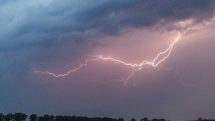Ein Blitz erhellt den Abendhimmel über einem Feld. Foto: Patrick Pleul/dpa-Zentralbild/ZB/Symbolbild