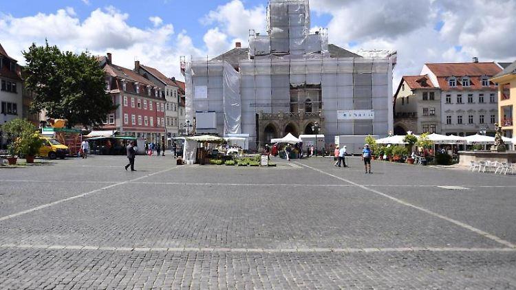 Wolken sind am Himmel über dem Marktplatz von Weimar zu sehen. Foto: Martin Schutt/dpa-Zentralbild/dpa/Symbolbild