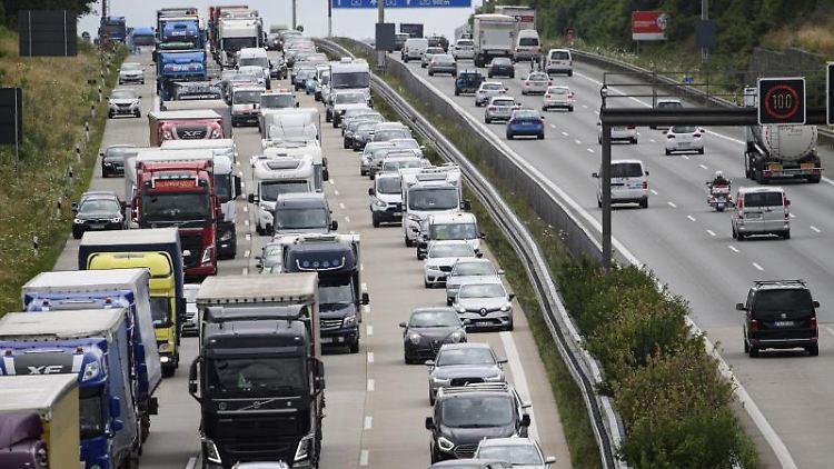Lkw und Autos stauen sich auf der Bundesautobahn A4 in Fahrtrichtung Görlitz. Foto: Robert Michael/dpa-Zentralbild/dpa