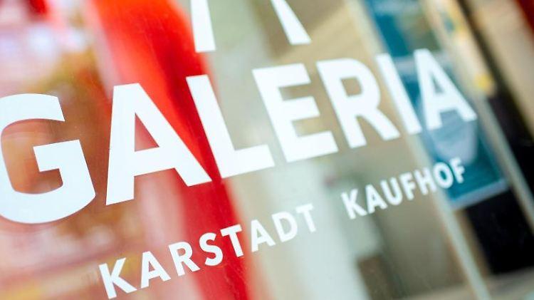 Das Logo von Galeria Karstadt Kaufhof klebt am Schaufenster. Foto: Hauke-Christian Dittrich/dpa/Archivbild