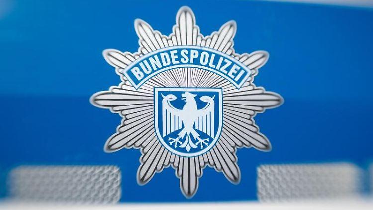Ein Wappen der Bundespolizei klebt an einem Dienstwagen. Foto: Friso Gentsch/dpa/Archivbild