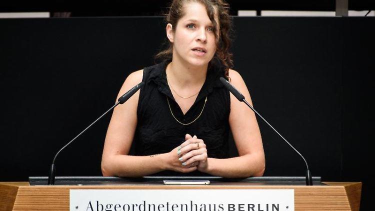 Anne Helm, Linke-Fraktionschefin im Berliner Abgeordnetenhaus, spricht bei einer Sitzung. Foto: Gregor Fischer/dpa/Archivbild