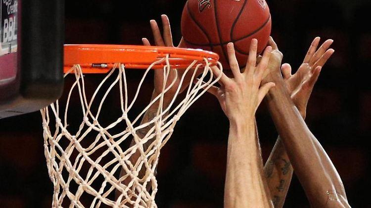 Ein Basketball wird in einen Korb geworfen. Foto: Adam Pretty/Getty Images Europe/Pool/dpa/Symbolbild