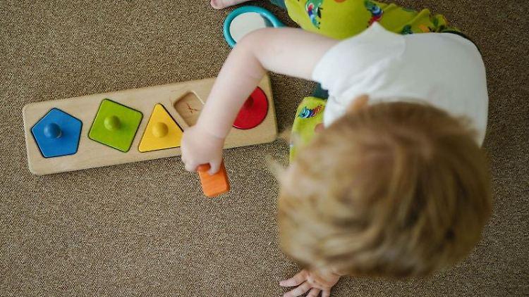 Ein Kind spielt in einer Kindertagesstätte. Foto: Uwe Anspach/dpa/Symbolbild