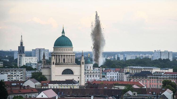 Eine Bombe wird am Grund der Havel in der Potsdamer Innenstadt gesprengt. Foto: Julian Stähle/dpa-Zentralbild/dpa/Archivbild