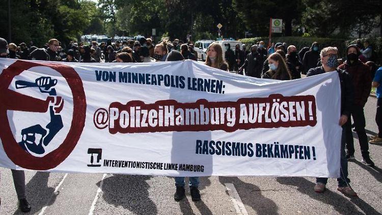 Menschen demonstrieren gegen die Urteile wegen der G20-Randale in Hamburg. Foto: Daniel Bockwoldt/dpa