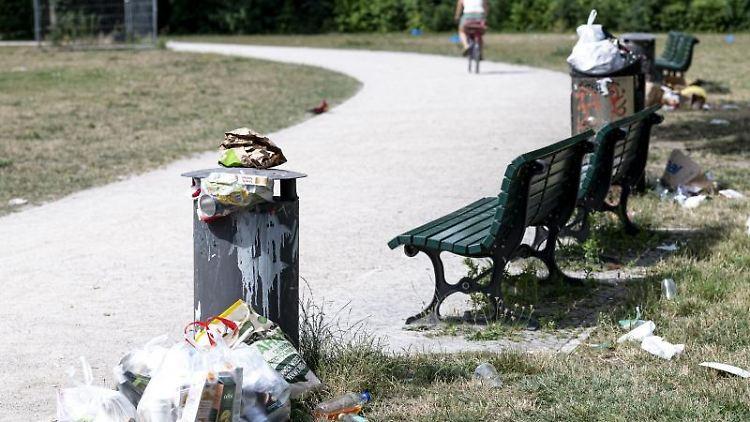 Neben Mülltonnen stapelt sich der Müll. Foto: Fabian Sommer/dpa/Symbolbild