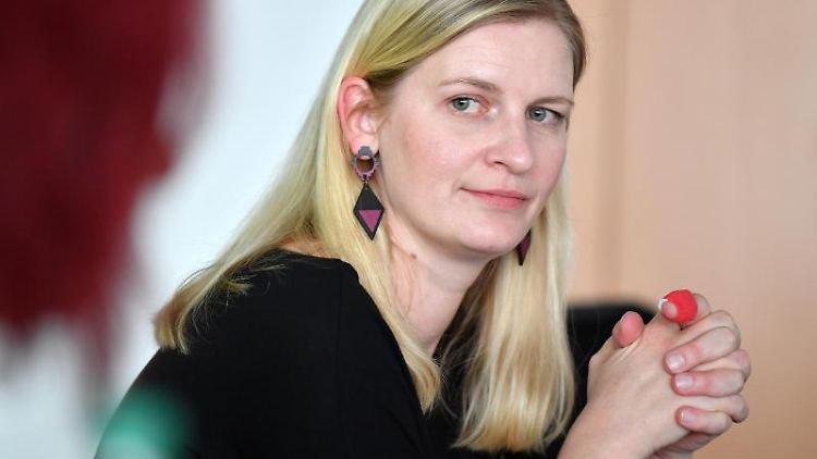 Madeleine Henfling sitzt bei einer Pressekonferenz im Thüringer Landtag. Foto: Martin Schutt/dpa-Zentralbild/dpa/Archivbild