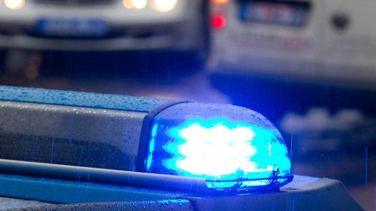 Eingeschaltetes Blaulicht auf einem Polizeiwagen. Foto: picture alliance / dpa/Symbolbild