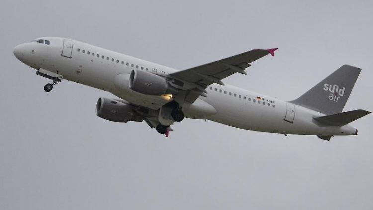 Eine Maschine startet am Flughafen Dresden International zu einem Flug nach Rhodos. Foto: Robert Michael/dpa-Zentralbild/ZB