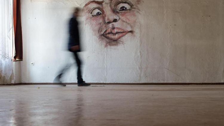 Eine Arbeit der Künstlerin Karola Pfandt aus dem Jahr 2013 ist an einer Wand zu sehen. Foto: Klaus-Dietmar Gabbert/dpa-Zentralbild/dpa/Archivbild