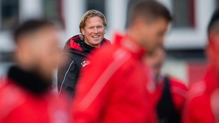 Trainer Markus Gisdol vom 1. FC Köln leitet das Training. Foto: Rolf Vennenbernd/dpa/Archivbild