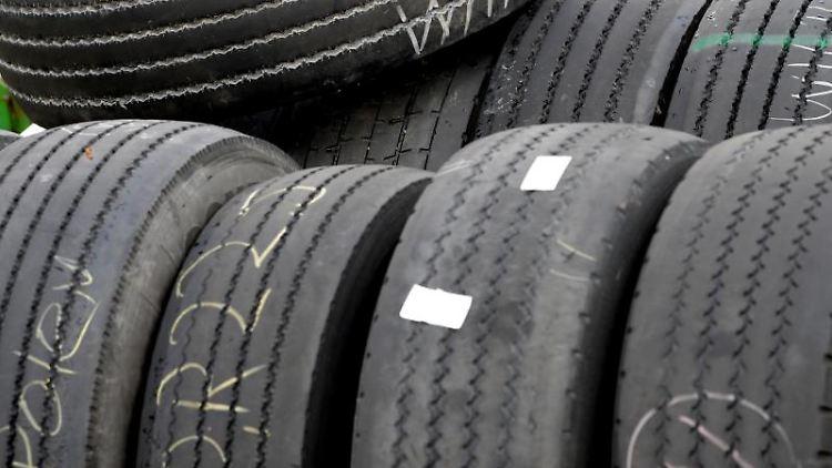 Reifen liegen gestapelt aufeinander. Foto: Peter Steffen/dpa/Symbolbild
