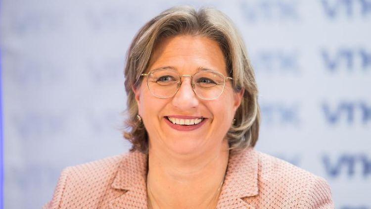 Anke Rehlinger sitzt auf einer Pressekonferenz. Foto: Andreas Arnold/dpa/Archivbild