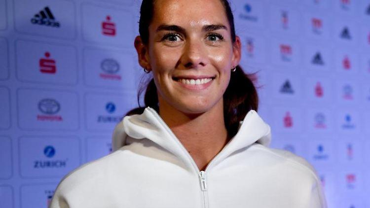 Kira Walkenhorst lächelt bei einer Pressekonferenz. Foto: Lisa Ducret/dpa/Archivbild