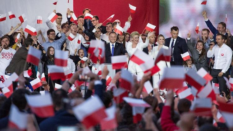 2020-07-12T192738Z_552566055_RC2VRH9QR0ZY_RTRMADP_3_POLAND-ELECTION.JPG