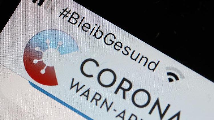 Die Corona-Warn-App ist im Display eines Smartphones zu sehen. Foto: Oliver Berg/dpa/Symbolbild