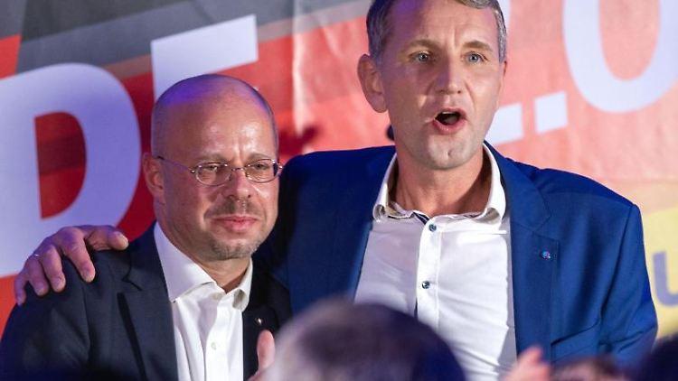 Björn Höcke (AfD) und Andreas Kalbitz (l, AfD)Arm inArm. Foto: Jens Büttner/dpa-Zentralbild/dpa/Archivbild