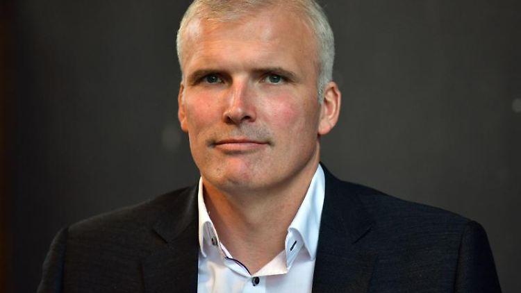 Andreas Bausewein (SPD) steht im Ratssitzungssaal. Foto: Martin Schutt/dpa-Zentralbild/ZB/Archivbild