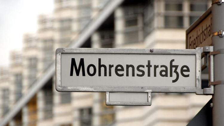 Blick auf dasStraßenschild zur Mohrenstraße, Ecke Friedrichstraße. Foto: Britta Pedersen/dpa-Zentralbild/dpa/Archivbild