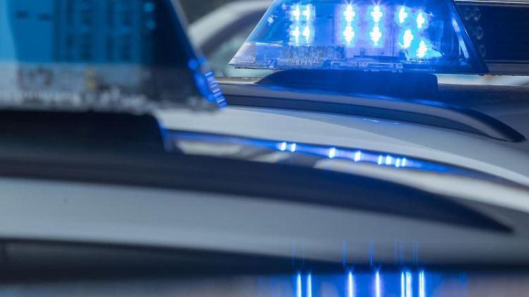 Blaulicht leuchtet auf dem Dach eines Streifenwagens der Polizei auf. Foto: Jens Büttner/dpa-Zentralbild/dpa/Symbolbild