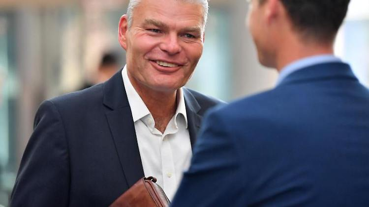Holger Stahlknecht (CDU) im Gespräch. Foto: Martin Schutt/dpa-Zentralbild/dpa/Archivbild