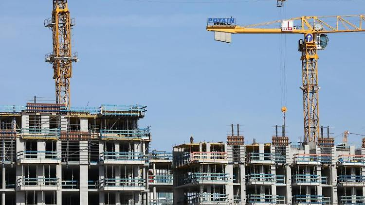 Kräne stehen auf einer Baustelle für mehrstöckike Wohnhäuser. Foto: Christian Charisius/dpa/Symbolbild