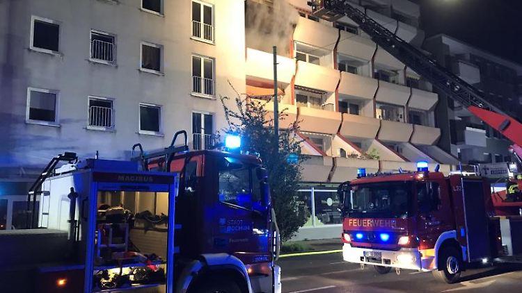 Einsatzkräfte der Feuerwehr versuchen einen Wohnungsbrand in Bochum-Wattenscheid zu löschen. Foto: Feuerwehr Bochum/dpa