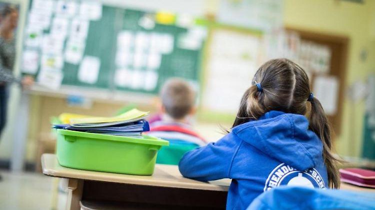 Schülerinnen und Schüler sitzen in ihrem Klassenraum. Foto: Marcel Kusch/dpa/Symbolbild