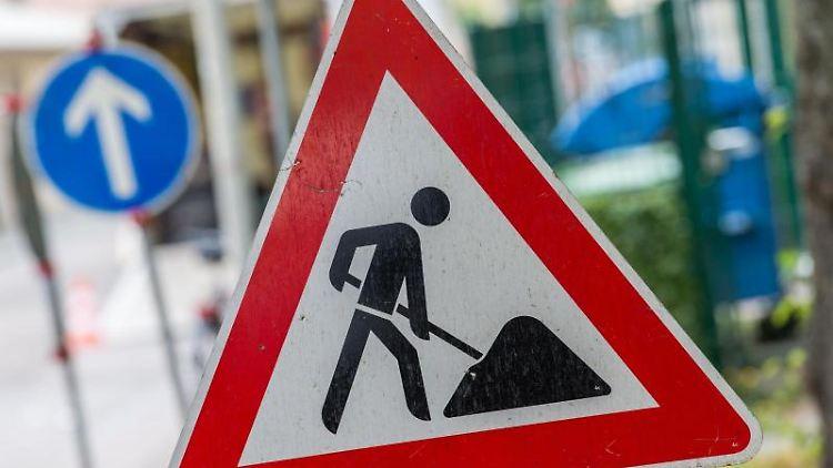 Ein Straßenschild weist auf eine Baustelle hin. Foto: Lino Mirgeler/dpa/Symbolbild
