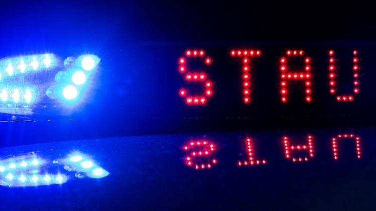 Das Blaulicht auf einem Polizeifahrzeug der leuchtet, während sich das Display mit dem Wort