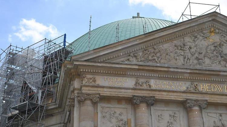 Die St.-Hedwigs-Kathedrale ist für Bauarbeiten eingerüstet. Foto: Britta Pedersen/dpa-Zentralbild/dpa