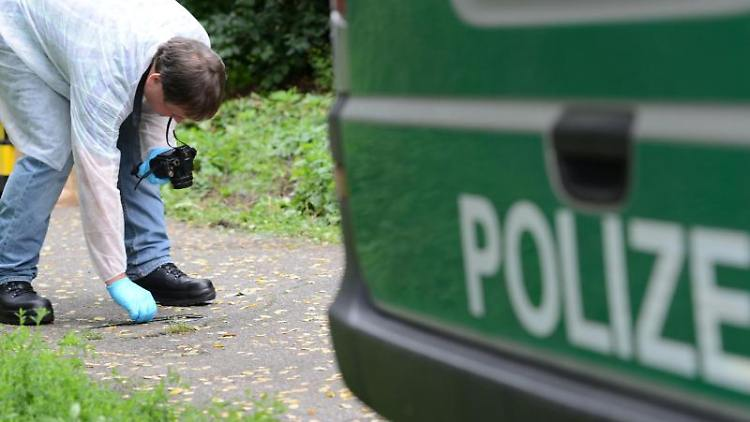 Ein Techniker der KriPo untersucht das Gelände am Ort, an dem der Junge tot aufgefunden wurde. Foto: picture alliance / dpa