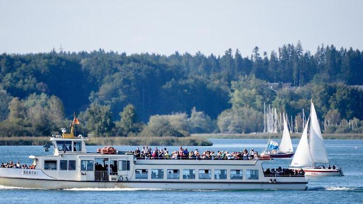 Ein Ausflugsschiff fährt über den Chiemsee. Foto: Matthias Balk/dpa/Archivbild