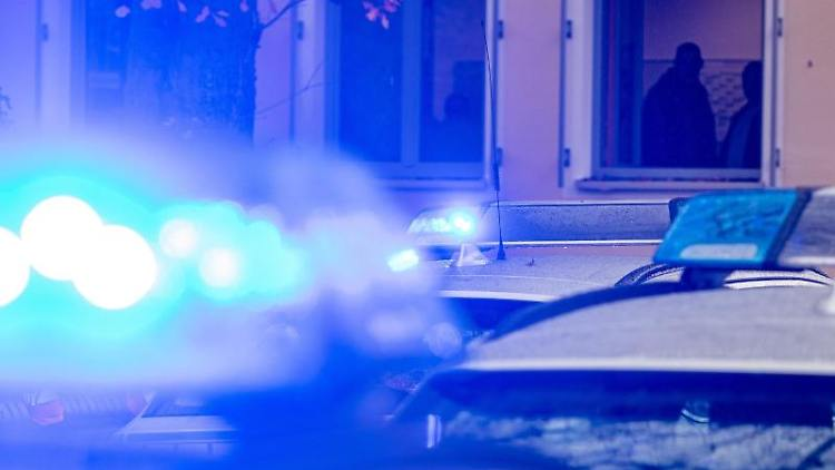Polizeifahrzeuge mit Blaulicht. Foto: Armin Weigel/dpa/Symbolbild