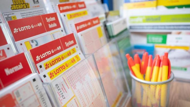 Verschiedene Lottoscheine. Foto: Sebastian Gollnow/dpa/Symbolbild