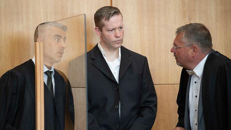 Der Hauptangeklagte im Mordfall Lübcke, Stephan Ernst (M), spricht im Oberlandesgericht mit seinen Anwälten Mustafa Kaplan (l) und  Frank Hannig.