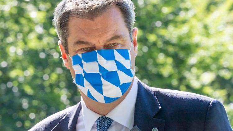 Markus Söder (CSU), Ministerpräsident von Bayern, mit Mundschutz. Foto: Peter Kneffel/dpa/Archivbild