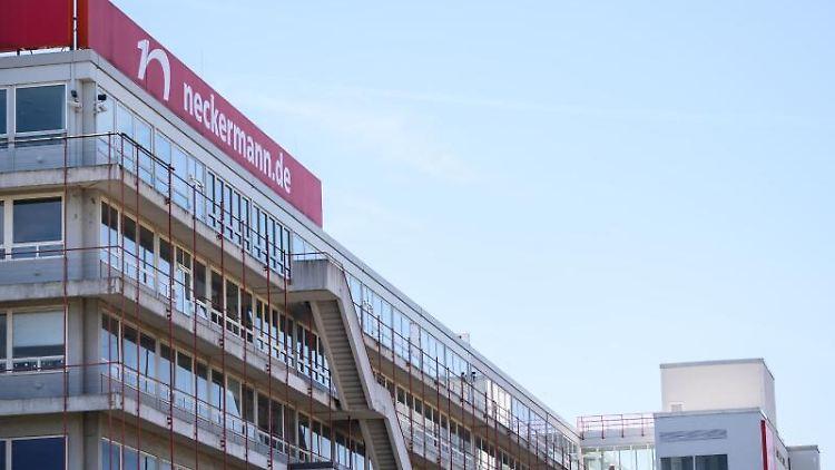 Das Neckermann-Logo steht auf dem Dach des ehemaligen Logistikzentrums. Foto: Andreas Arnold/dpa/Symbolbild