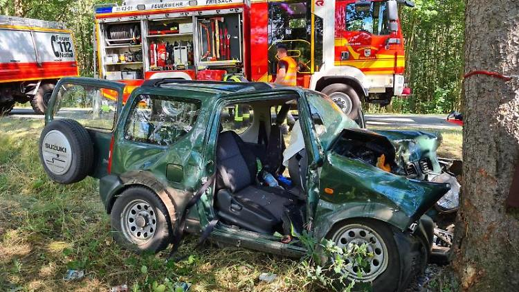 Das Unfallfahrzeug neben der Bundesstraße 188. Foto: Julian Stähle/dpa-Zentralbild/ZB