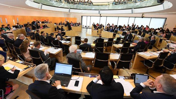 Die Abgeordneten haben zur Plenarsitzung des Hessischen Landtags ihre Plätze eingenommen. Foto: Arne Dedert/dpa
