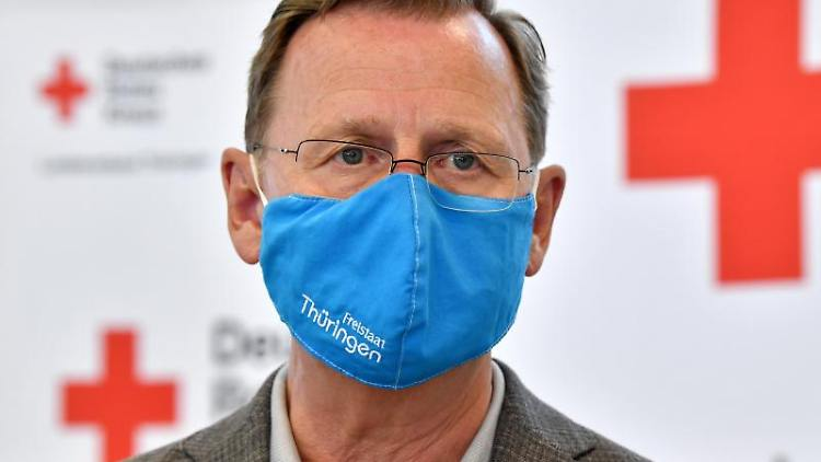 Thüringens Ministerpräsident Bodo Ramelow (Linke) besichtigt ein Pandemielager. Foto: Martin Schutt/dpa-Zentralbild/dpa