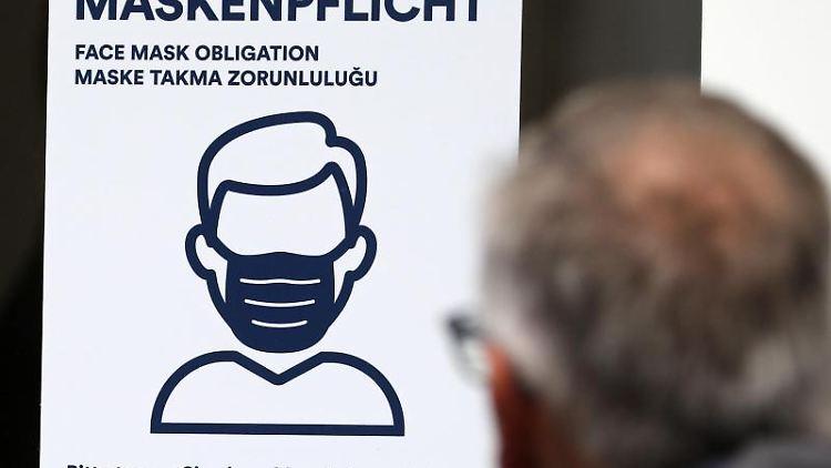 EinSchild weist auf die Pflicht desTragens einer Mundschutzmaske hin. Foto: Bernd Wüstneck/dpa-Zentralbild/dpa/Symbolbild