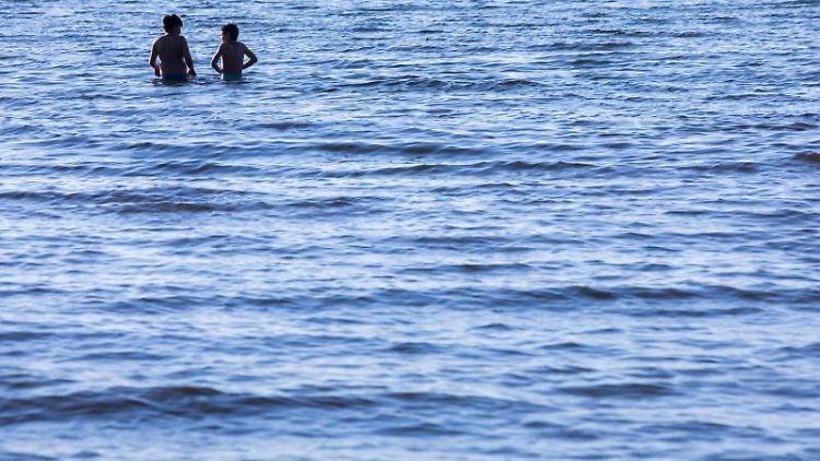 Menschen im Wasser. Foto: Jens Büttner/dpa-Zentralbild/ZB/Symbolbild