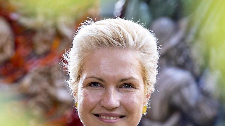 Manuela Schwesig (SPD), Ministerpräsidentin von Mecklenburg-Vorpommern, schaut in die Kamera. Foto: Jens Büttner/dpa-Zentralbild/dpa