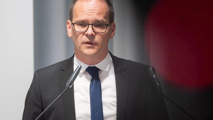 Grant Hendrik Tonne (SPD), Kultusminister Niedersachsen, spricht zur Presse. Foto: Julian Stratenschulte/dpa